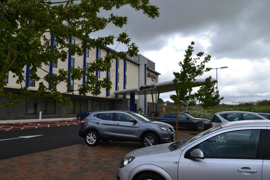 Hampton by Hilton Exeter Airport: Hotel Front Entrance