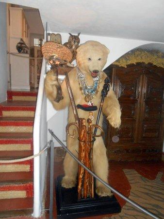 Casa-Museo de Dalí: Entree met opgezette beer
