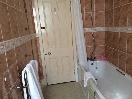 Wessex Hotel: very clean bathroom
