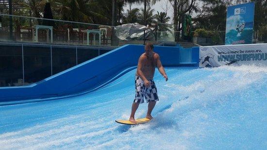 Surf House Phuket - Kata Beach: Отличная струя воды. Новый стаф. У кого быдет возможность обязательно заедте.