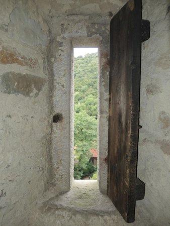 """Burg Schaumburg: Blick aus einer der zahlreichen """"Fenster/Öffnungen"""" im Georgs-Turm"""