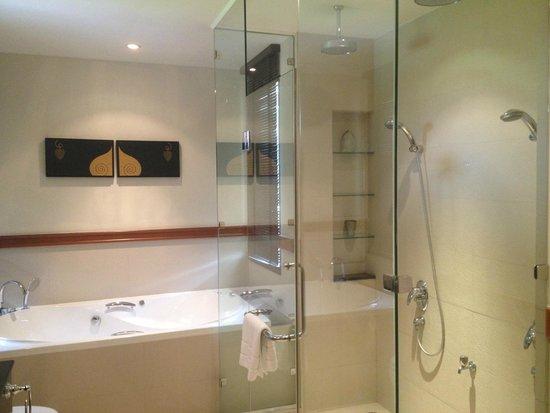 Angsana Villas Resort Phuket: master bath with jacuzzi tub