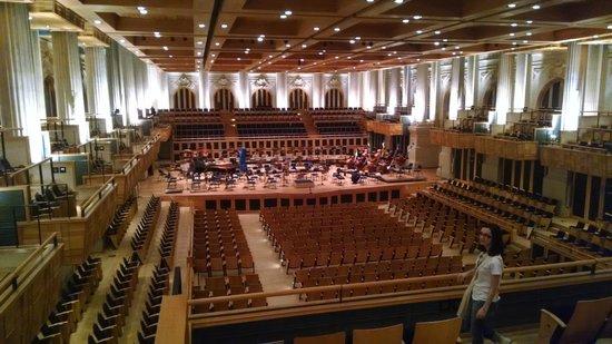 Sala Sao Paulo : Uma foto do auditório, lembrando que o teto fica até 3 vezes mais alto. O local é enorme!