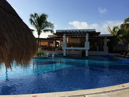 Excellence Playa Mujeres: Pool bar