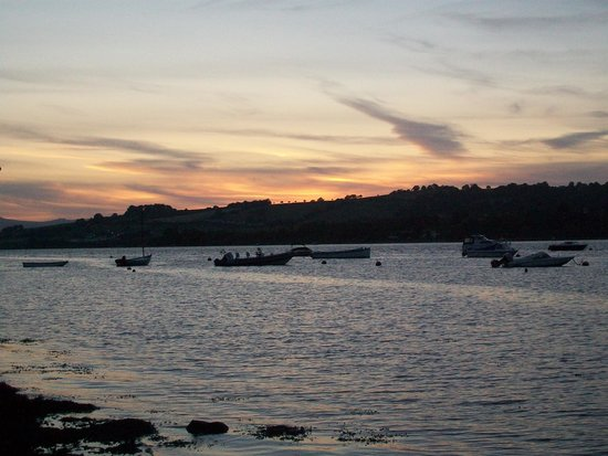 Devon Valley Holiday Village: Sunset over the river teign which borders the holiday village