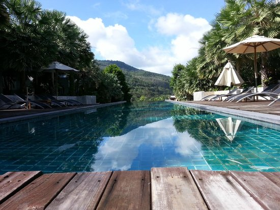 Wyndham Sea Pearl Resort Phuket: View of mountains from the pool