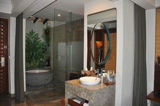Alaya Resort Ubud: Bathtub and rainshower