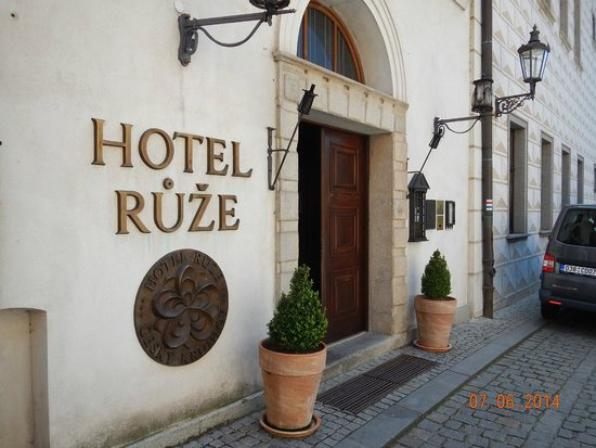 Hotel Ruze: Front of the hotel