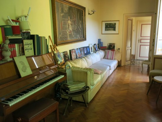 Ca' Fosca due Torri: reading room and piano