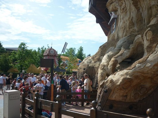 Gardaland Park: This is a view for the normal cue for people.  Since we purchased the EXPRESS LANE it was much f