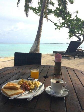 WhiteShell Beach Inn: Having breakfast on the beach