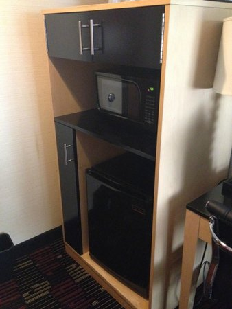 Holiday Inn Express New York City-Wall Street: micro, fridge and cabinets - very handy
