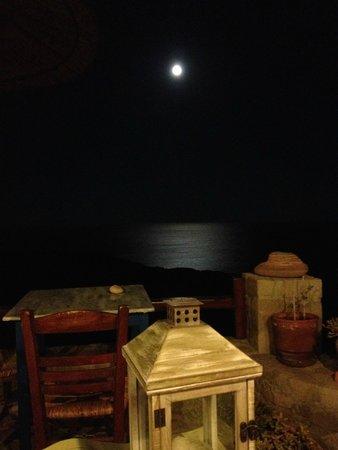 Psaravolada Resort: La luna dal ristorante, dopo cena