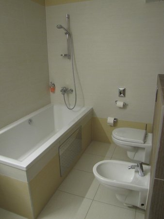 Hotel Viktor: Grande baignoire et WC