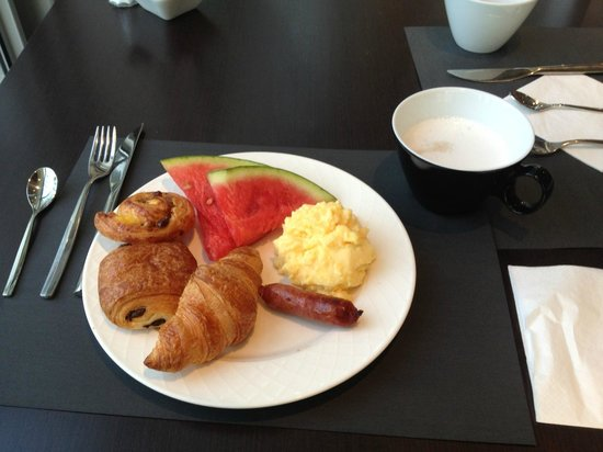 Novotel Paris Centre Bercy: The Novotel provided a great breakfast buffet every morning.  Paux aux Rasins were the best.