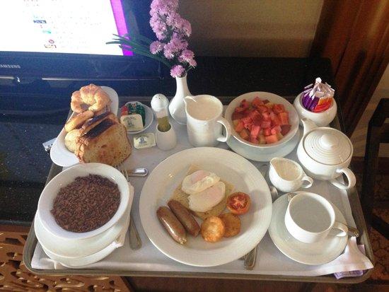 Cinnamon Grand Colombo: Breakfast in bed!