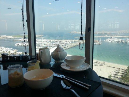 Le Meridien Mina Seyahi Beach Resort and Marina: Breakfast with a view - Club Dining room