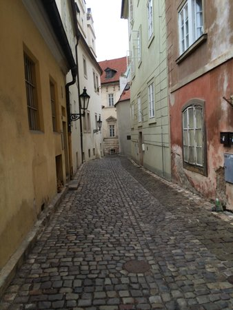 Golden Well Hotel: cobblestone street to the hotel
