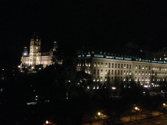 Hilton Quebec: parliament building view at night