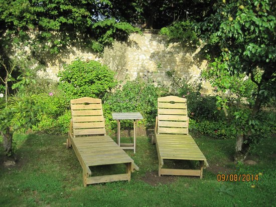 Castel des Anges : A quiet spot for reading in the orchard