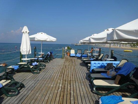 Turquoise Resort Hotel & Spa: пирс с хорошими зонтиками