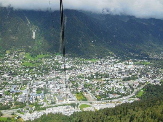 Aiguille du Midi : Chamonix vue depuis le téléphérique