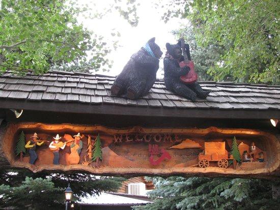 Bar J Chuckwagon Suppers: Bears at the entrance
