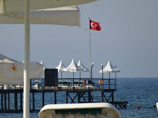 Turquoise Resort Hotel & Spa: дальний пирс с маленькими (плохими) зонтиками