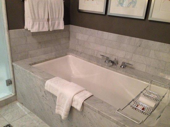 Waldorf Astoria Chicago: Bathroom