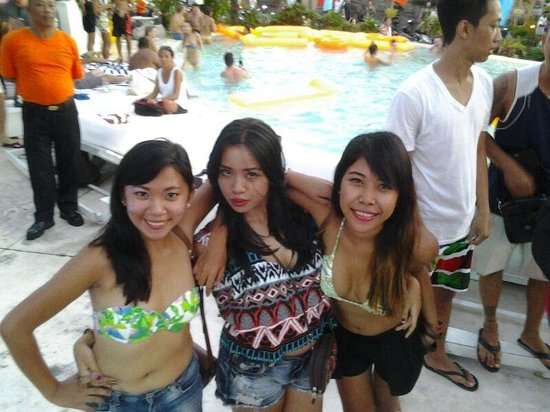 Cocoon Restaurant Bar Beach Club: Bounce pool party with my gurls