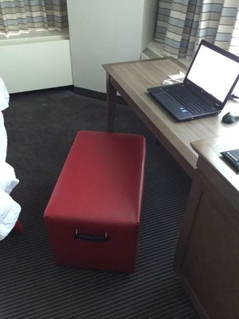 Hampton Inn & Suites Milwaukee Downtown: Office chair?