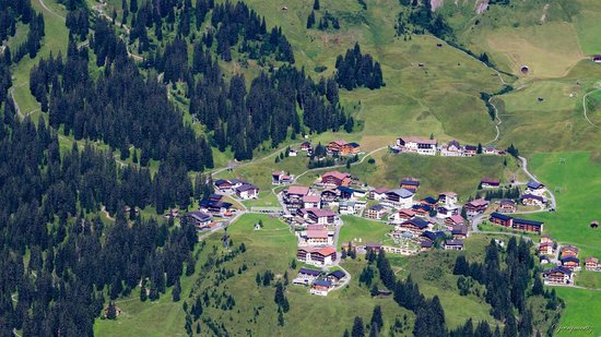 Burgwald Hotel: Oberlech - Das Hotel ist jener Holzbau, Mitte oben