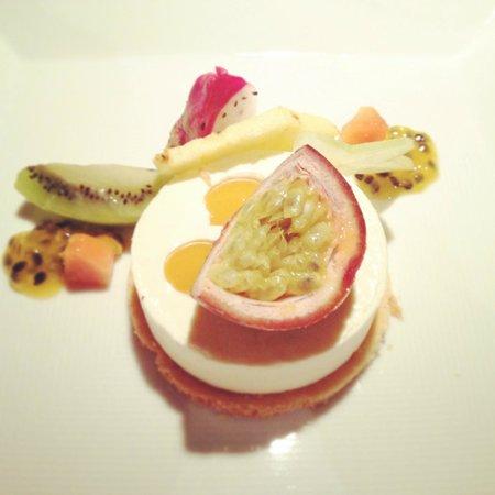 frutta tropicale e panna cotta