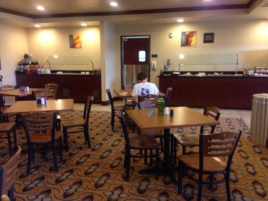 BEST WESTERN Shelby Inn & Suites: Breakfast area