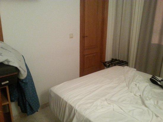 Hotel La Noyesa: habitacion minuscula