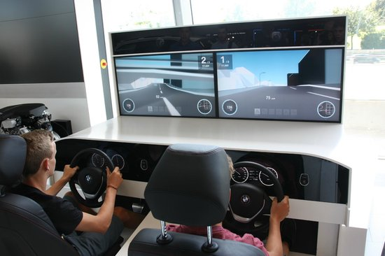 BMW Welt: erste Erfahrung am Simulator