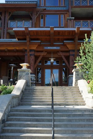 Nita Lake Lodge: Hotel entrance