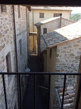 Relais La Corte di Bettona: dal bagno della camera 203 si vede il cortile che porta alla piscina
