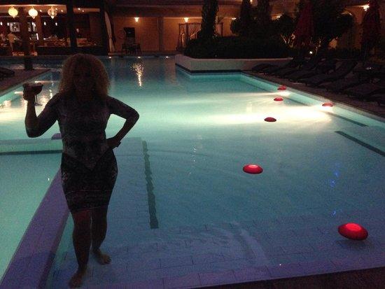 Opera Plaza Hotel: Pool at night