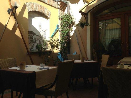 Hotel Locanda La Comacina : cortiletto interno ristorante