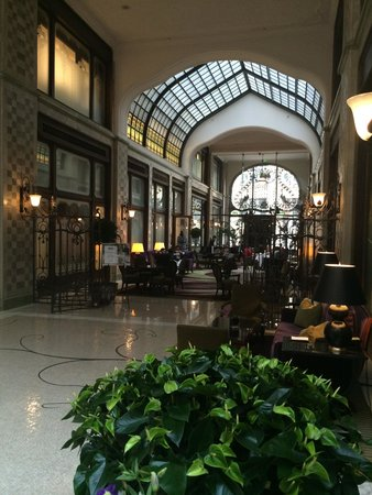 Four Seasons Hotel Gresham Palace: Beautiful entry