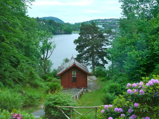 Troldhaugen Edvard Grieg Museum: View from the home to the composing cabin on the water