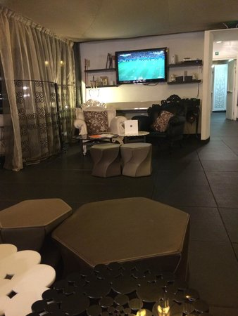 UNA Hotel Palace: TV in the roof bar