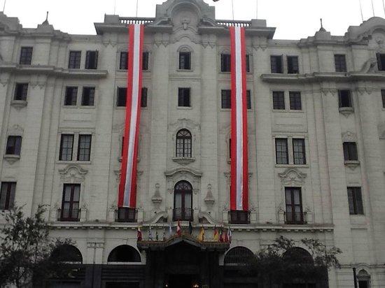 Gran Hotel Bolivar: Frente y de frente a Plaza San Martin