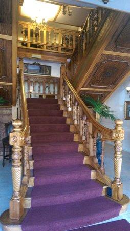 The Horton Grand Hotel: Main staircase from bar lobby