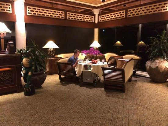 Loews Royal Pacific Resort at Universal Orlando : Nice manager let us order room service breakfast at 5 am in the lobby!