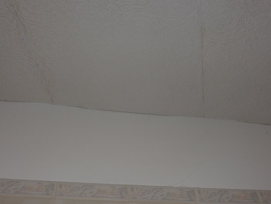 Waterford Lodge Hotel: peeling paper