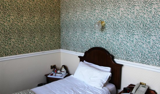 The Queens Hotel: Room 32 - Bed
