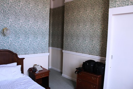 The Queens Hotel: Room 32 - Looking back to entrance