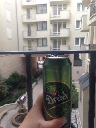 Queen's Court Hotel & Residence: öl på balkongen